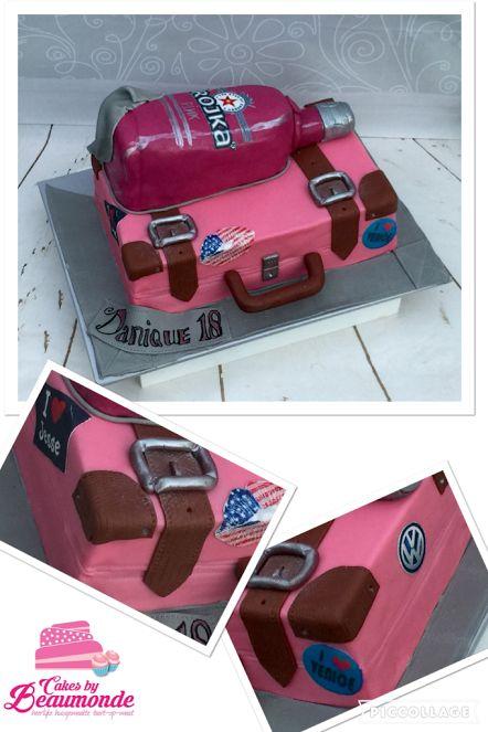 Roze koffer taart met Pink Trojka fles. Stapeltaart. Koffertaart