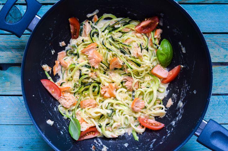 Ein super schnelles und sehr einfaches Low Carb One Pot Pasta Rezept mit einer köstlichen Lachs Sahne Sauce. Für die Pasta gibt es leckere Znudeln.