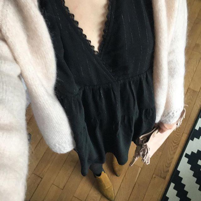 Finalement j'ai bien craqué sur la robe noires @graceandmila que j'ai trouvé samedi. Elle était en vente privée 🙊. Alors en ce premier jour des soldes vous avez craqué ? En tout cas retrouver mon articles Soldes sur le blog 🔛 byloveit.wordpress.com . . #dress #black #blackdress #newin #soldes #blog #blogpost #blogger #fblogger #blogging #selection #winter #gilet #sezane #robe #graceandmila #bottines #mango #sac #bag #maje #m #nude #outfit #ootd #today