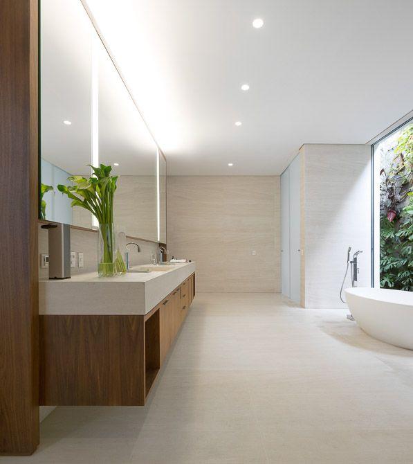 Residência Jaraguá - SP / Fernanda Marques #banheiro #bathroom #lighting #bathtub #window #green
