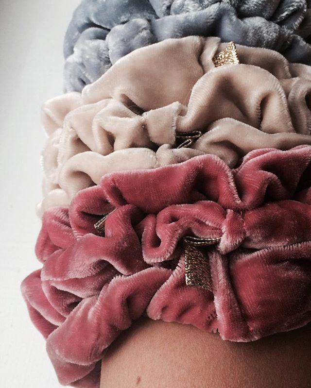 ✌️ #pastel #scrunchie #hår #hair #silke #fløyel #silk #velvet #gold #gull #mote #fashion #trendy #posh #hårstrikk #handmade #kampen #tøyen #grønland #grünerløkka #oslo #emiliethwin