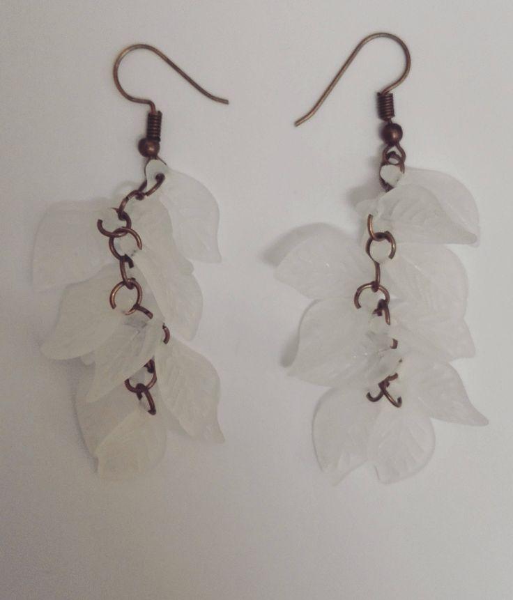 Boucles d'oreilles grappe feuilles blanches de la boutique DeessesEtNymphes sur Etsy