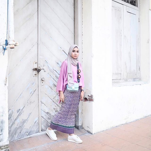 Going for an official occasion with a set of dusty top and pleated batik skirt from @cheeryshop1. I forgot my heels anyway and I got my sneakers instead  #itsalraight