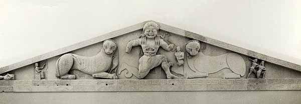 Frontone del tempio di Artemide a Corfù, databile circa 600-590 a.C. è un esempio che riporta la problematica della decorazione del frontone che poiché era di forma triangolare con angoli alla base molto acuti, di certo, non ne favoriva la decorazione. (continuo nei commenti)