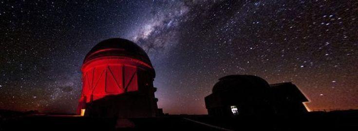 Vaikka mustat aukot eivät lähetä valoa, niiden ympärillä voi näkyä myös valoisuuden muutoksia. Gravitaatioaallot löytyivät viime viikolla. Ne havaittiin kahdella herkällä Ligo-ilmaisimella. Aallot syntyivät, kun kaksi mustaa aukkoa yhtyivät väkivaltaisesti avaruudessa. Se sai avaruuden väreilemään.