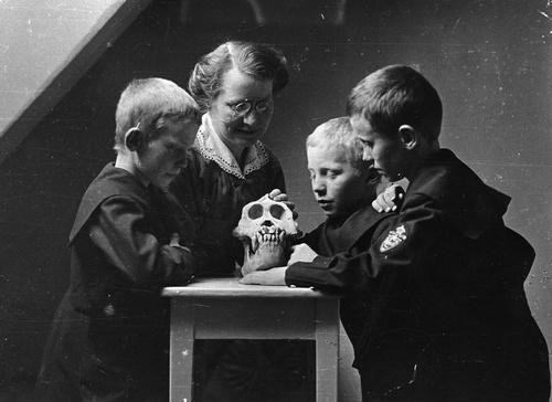 Alette Schreiner showing some children an animal skull, ca. 1910 http://www.jstor.org/literatum/publisher/jstor/journals/content/curranth/2012/662436/662332/20120321/images/medium/fg3.gif