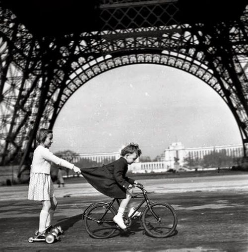 I had this as a frame image once. Le remorqueur du champ de mars [photo Robert Doisneau 1943]