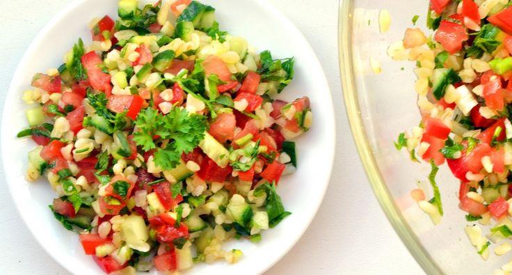 Przepis na Tabbouleh (sałatka z natką pietruszki): Tabule jest to zdrowa i orzeźwiająca sałatka ze świeżych warzyw i natki pietruszki! Może być idealnym dodatkiem do mięs! Pyszna! :)