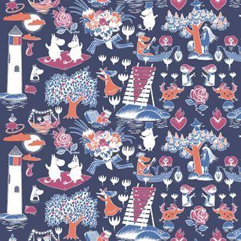 Diese wunderbare Wachstuchtischdecke kombiniert erschiedenste Motive aus Tove Janssons Mumin zu einem prächtigen Wachstuch. Der dunkelblaue Hintergrund stellt das Meer dar, in dem sich die Mumins auf verschiedenste Weise vergnügen.