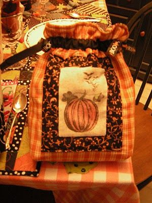 Adorable drawstring bags - could be done for any holiday: Gift Bags, Gifts Bags, Goodies Bags, Bags Tutorials, Diy Halloween Costumes, Kim Big, Big Quilts, Quilts Adventure, Halloween Treats Bags