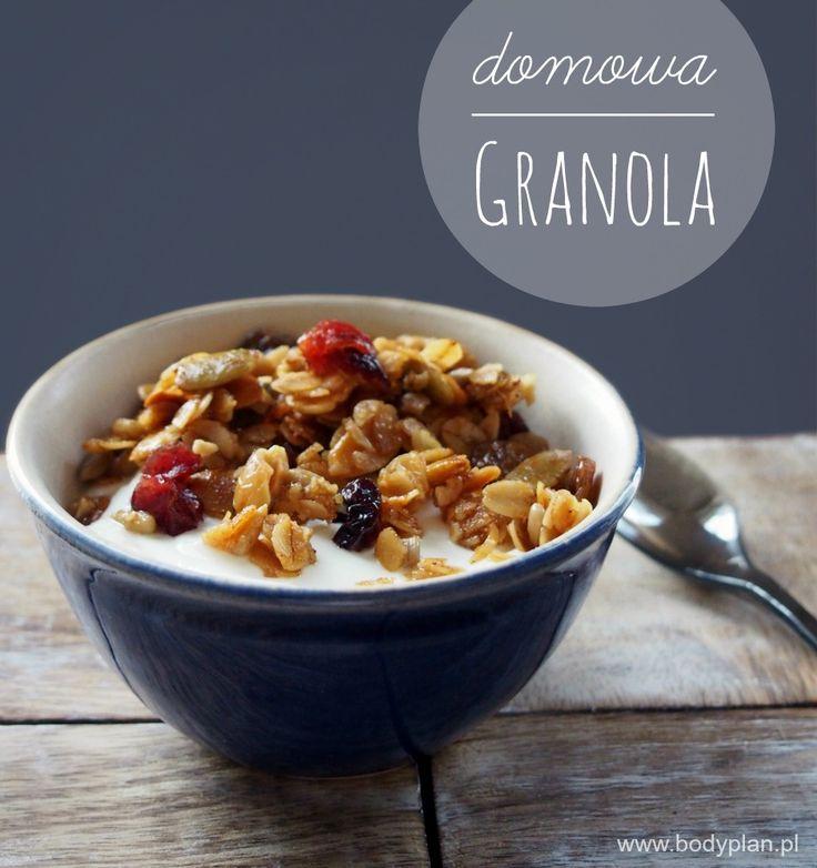 Czy pomyślałaś kiedyś żeby zamiast sklepowej granoli przyrządzić własną? Domowa granola jest pyszna i prosta w przygotowaniu. Wypróbuj nasz przepis. Granola