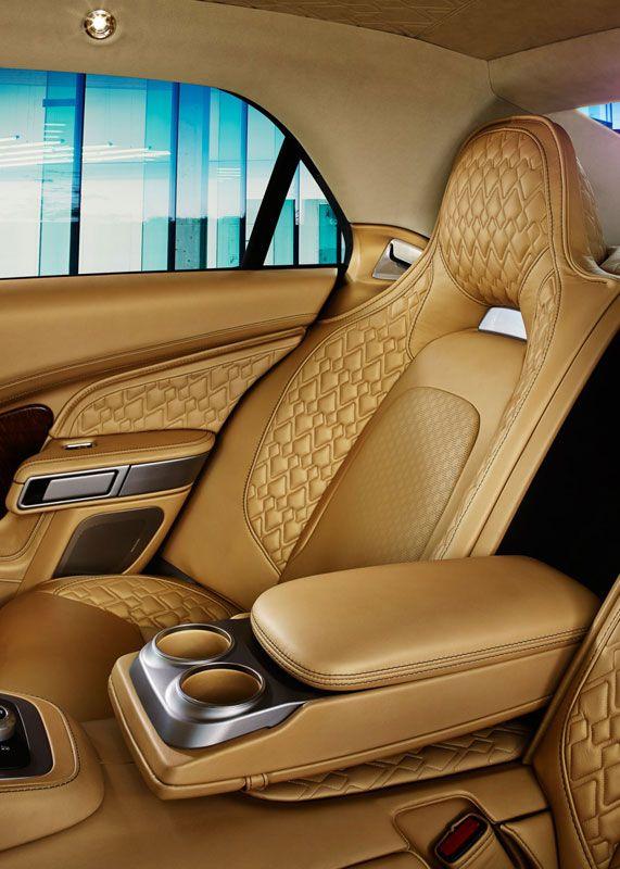 Aston Martin gunt ons een kijkje in de Lagonda. Geniet van de foto's, want de vierdeurssedan gaan we in Nederland niet tegenkomen. De Lagonda wordt namelijk exclusief voor de oliesjeiks uit het Midden-Oosten geproduceerd.