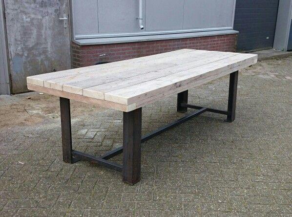 Stoere tafel van balken en stalen frame van CustomThijs