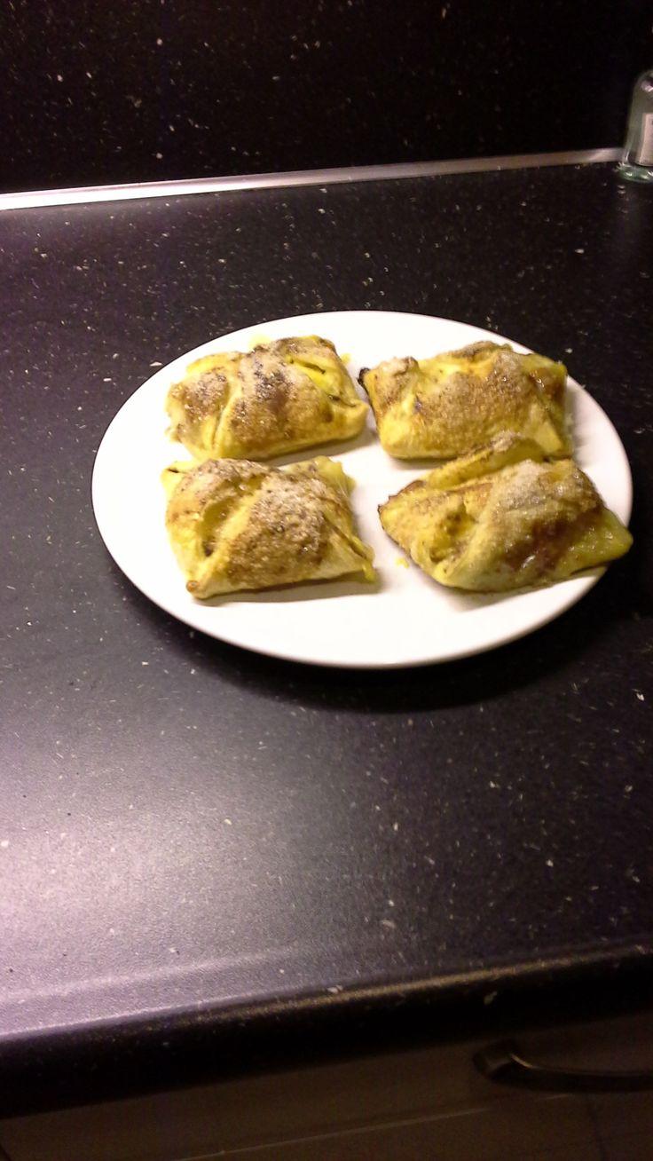 Ingredienten (voor 4 personen)  4 plakjes bladerdeeg  Klein pakje vanilla vla  2 kleine peren  1 ei  Suiker + Kaneel  Slagroom  Chocolade decoratie Werkwijze:  Schil de peren en halveer ze.  Haal met een lepel de pitjes eruit en snij er kleine inkepingen in.  Leg in het midden van het bladerdeegplakje een dotje vanillevla en leg daar de peer op.  Smeer de plakjes in met een geklopt ei en strooi er het suiker kaneel mengsel op.  Vouw de flapjes dich ten bak ze af in een voorverwarmde…