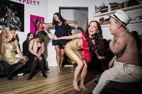 Στα άδυτα των γυναικείων μπάτσελορ πάρτι - Στρίπερ και νάνοι που τα πετούν όλα, ενώ το αλκοόλ ρέει άφθονο [ΕΙΚΟΝΕΣ]