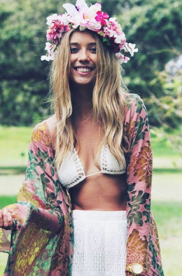Im obsessed with this Kimono! i love the idea of a pattern with colourful flowers, and how it flops, not a tight one, but one that is baggy and really pretty.
