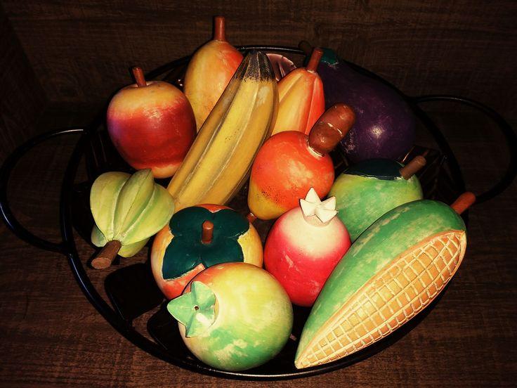 Frutas e legumes entalhados em madeira maciça, pintadas e encerada com pátina. Lindas estas peças, um trabalho feito com muito capricho e exelente resultado.. As frutas são vendidas individualmente. O preço é individual. Você escolhe e monta seu kit. Temos milho, banana, caju, limão, maçã, caramb...
