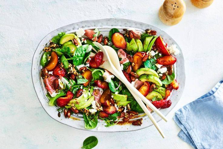 Salade met geroosterde pruimen en gedroogde ham, heerlijk voor een warme zomerdag - Recept - Allerhande