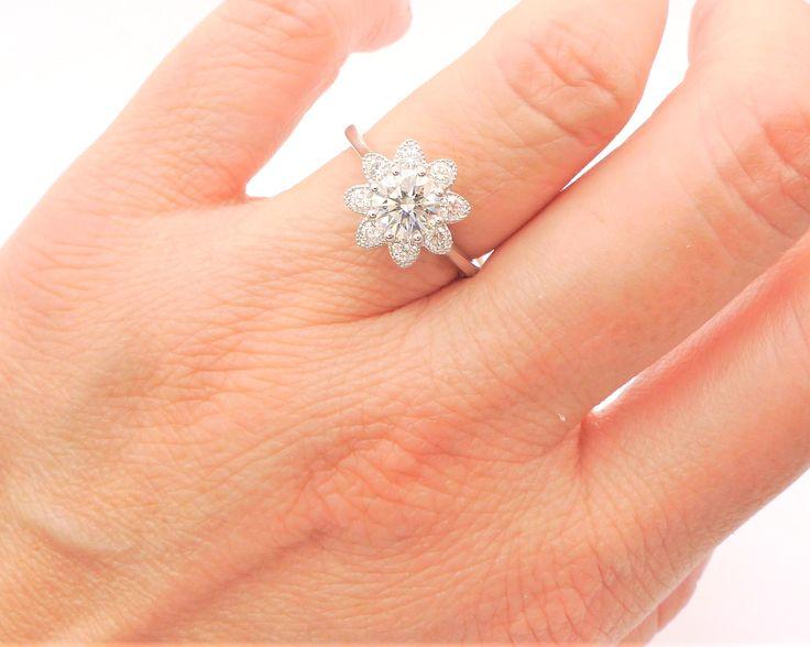 Anillo de compromiso en forma de flor con diamantes. Diseño exclusivo de Joyería Jorge Juan, Madrid Fernando el Santo 24, 28010 Madrid 917022151 - 917020625