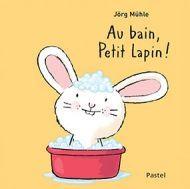 La baignoire est remplie. Appelle donc Petit Lapin! Aujourd'hui, on lave aussi les cheveux. Attention à l'eau dans les yeux ! Essuie-lui doucement le nez et il va sortir du bain. Ensuite, il faut bien le frictionner et puis aussi lui sécher les cheveux. C'est chouette de laver Petit Lapin!