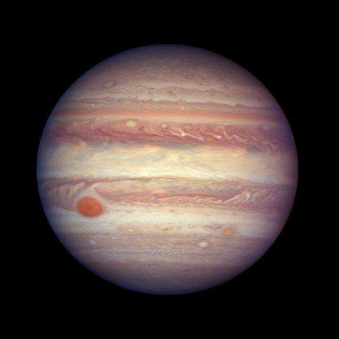 Esta imagen de Júpiter ha sido tomada cuando el planeta estaba a una distancia de 670 millones de kilómetros de la Tierra. Se aprecia el detalle y complejidad de la belleza de las nubes de Júpiter, dispuestas en bandas a diferentes latitudes. Crédito: NASA, ESA, yA. Simon (GSFC)