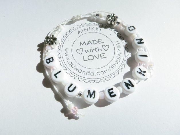 *schönes Armband für Blumenkinder*  aus Tohoperlen, Metallblumen und Buchstabenperlen als süßes Armbändchen für Mädchen oder auch Jungs. Die Perlen sind auf Nylon-Schmuckband gefädelt und mit...