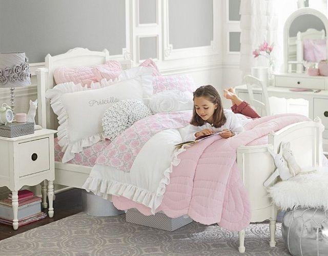 déco chambre enfant - peinture murale gris clair, literie en blanc et rose et coiffeuse blanche