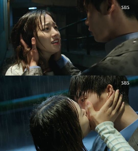 Doctor Stranger Episode 1 Review: Lee Jong Suk & Jin Se Yeon's Passionate Kiss in
