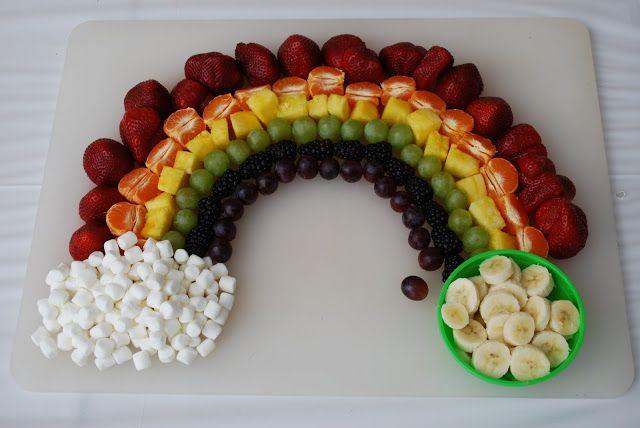 Arco iris hecho con frutas.
