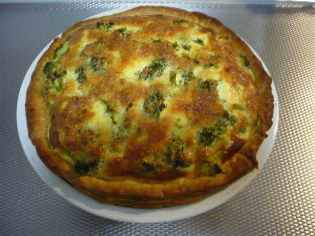 hartige taart uit de oven met broccoli, gehakt en creme fraiche, kaas en bladerdeeg