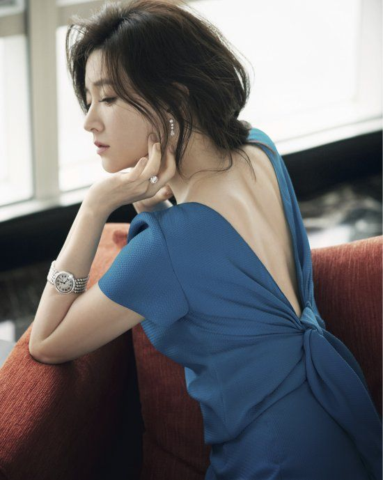 S.Korean actress Lee Young-ae (이영애) for Cosmopolitan H.K. May 2014 Issue.