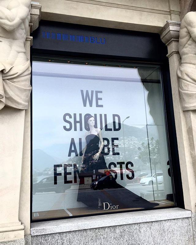 """Em Lugano na Suíça topamos com esta vitrine da Dior. Você sabe o """"We should all be feminists"""" que estampou camisetas da grife é o título de um dos livros da escritora nigeriana Chimamanda Ngozi Adichie. Ela aliás acaba de lançar no Brasil """"Para Educar Crianças Feministas"""" (Cia. das Letras). Vale a leitura mesmo que você não seja mãe pois faz pensar na nossa própria criação. (via @luaracalvianic) #apaixonadospelasuíça  via ELLE BRASIL MAGAZINE OFFICIAL INSTAGRAM - Fashion Campaigns  Haute…"""