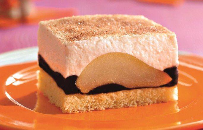 Holunder-Williamsbirnen-Schnitten - einer der schönsten und leckersten Kuchen! Rezept auf http://www.gofeminin.de/kochen-backen/blechkuchen-rezepte-d58518c654844.html