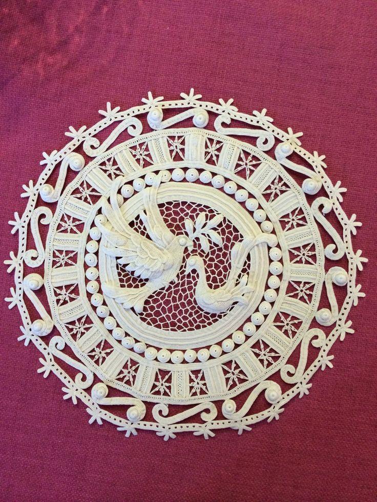 Il pane della pace di Cipro, in merletto di Orvieto, creato e realizzato da Alessandra Polleggioni.