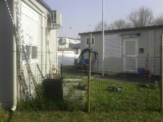 le case provvisorie... che sono container... alla popolazione gli costano dai 200 euro di corrente al MESE!!..
