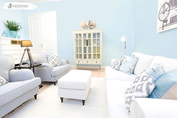 Die hellblaue Wandfarbe lässt das Wohnzimmer erstrahlen. Die hellen Polstermöbel verleihen dem Raum weitere Frische. #livingroom #blue #pastel