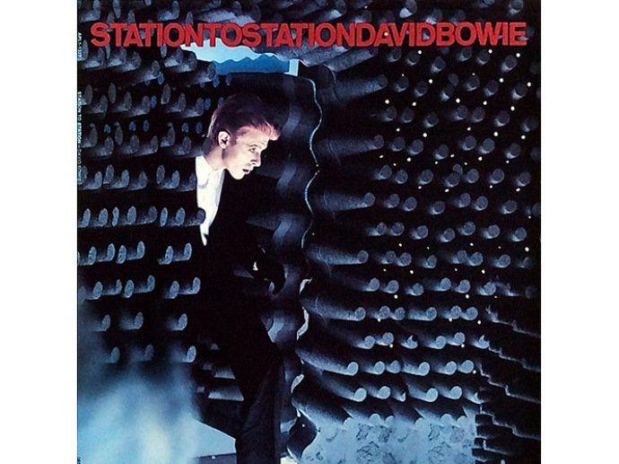 1976 (O MAGRO DUQUE BRANCO) | 1976 (O MAGRO DUQUE BRANCO) O duque tinha jeito militar e enaltecia o nazismo. Mas a persona temerária rendeu o belo Station to Station, disco que revela um Bowie temente a Deus e expõe seu mal-estar com os tempos de excessos hedonistas — o cantor, então, se entupia de cocaína