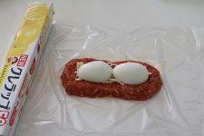 にんじんときのこをたっぷり入れてしっとり柔らかく仕上げたお肉の真ん中には卵がごろんと。 四角く成型するとフライパンでも作りやすいですよ。