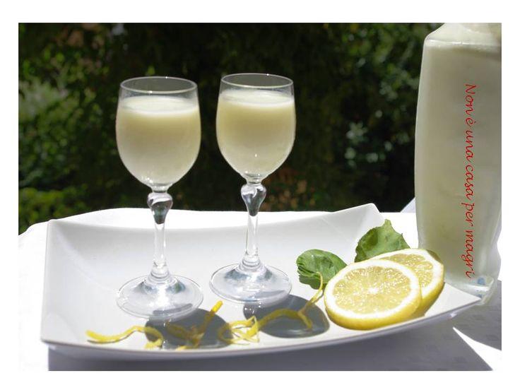 La crema di limoncello è un liquore poco alcoolico a base di latte e panna e aromatizzata con bacca di vaniglia.