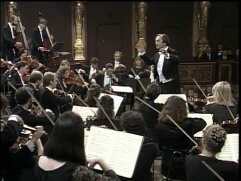 Simfonia Núm. 40, de Wolfgang Amadeus Mozart (1788), interpretada per The Chamber Orchestra of Europe (director: Nicolaus Harnoncourt), al Grosser Musikvereinsaal de Viena.