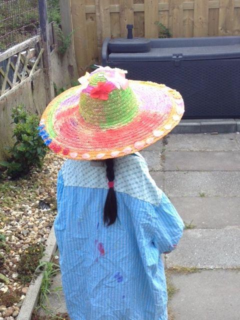 Strand hoeden versiert met diverse materialen en verf..Zijn ze niet leuk geworden?