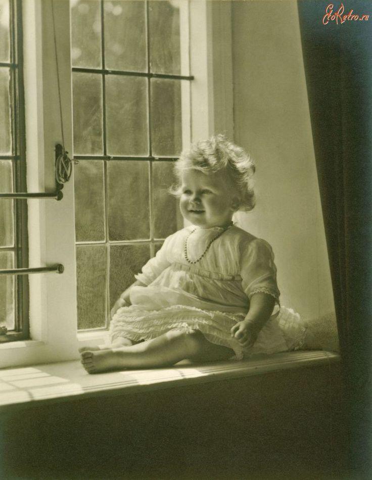 Принцесса Елизавета Йоркская в возрасте 5 недель. Май 1926 Групповая фотография Королевской Семьи ,сделанная по случаю крещения принцессы Елизаветы Йоркской 29 мая 1926 года.В центре фотографии король Геогр V, королева Мария , герцог и герцогиня Йоркские-родители принцессы Елизаветы .