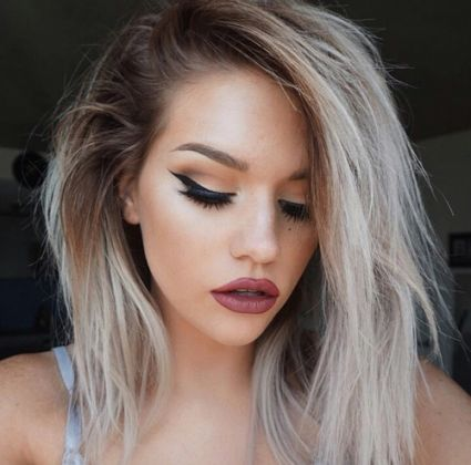 love this hair and makeup. I generally see girls with colored hair keeping in shorter... probably because the hair must get quite dry of all the quemicals.