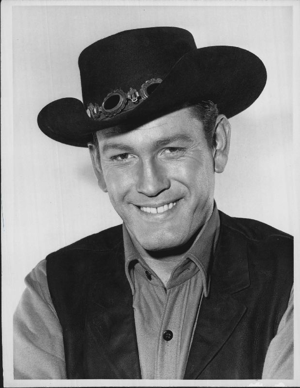EARL HOLLIMAN. Great at playing supporting roles as the weak link in the chain. Sons of Katie Elder and many other westerns either as the bad guy or the weaker member of the gang.
