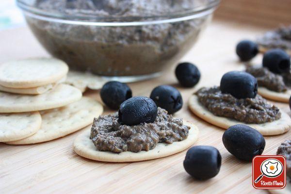 Salsa tapenade: Denocciolare le olive nere e metterle nel mixer; a queste aggiungere i capperi dissalati, le acciughe, l'aglio pelato, il succo di limone e