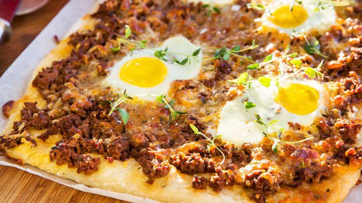 Extra matig pizza med timjanskryddad köttfärsfyllning och ägg på toppen. Supergod och enkel att göra i långpanna!