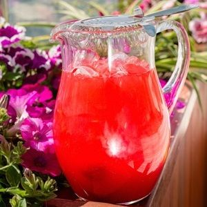 Ингредиенты:  150 мл гранатового сиропа 600 мл апельсинового сока 600 мл ананасового сока колотый лед  Приготовление: Перемешать все ингредиенты и добавить колотого льда.