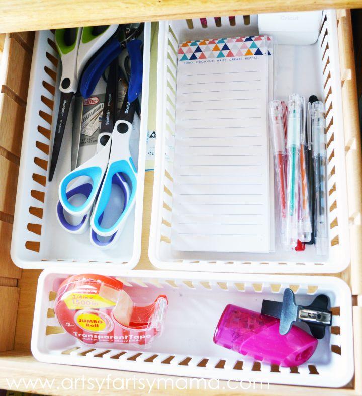 Desk Organization Tips and Tricks at artsyfartsymama.com #springcleaning #organization #FreshandFab