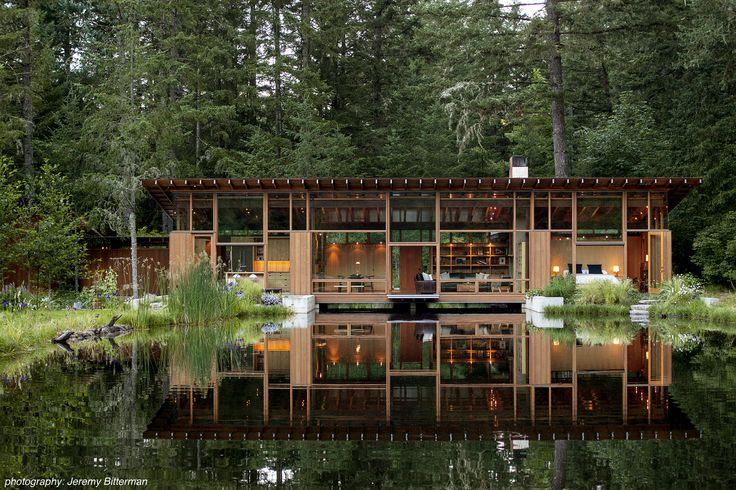 Newberg House is the work of Cutler Anderson Architects and it's located in Oregon. The house is built on a pond that gives it a special and magnificent view.