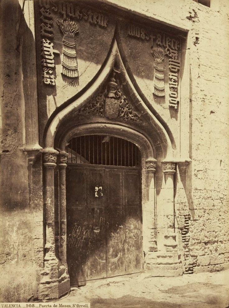 Puerta del Palacio de Mossén Sorell, desaparecido en el año 1882. Fotografía de J. Laurent, 1870. Archivo de Díaz Prósper.